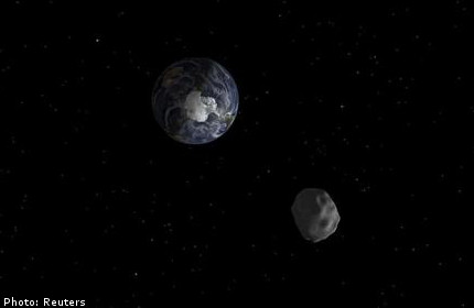 Asteroid whizzes safely past Earth