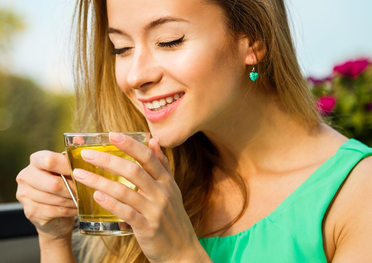 donna-beve-te-verde