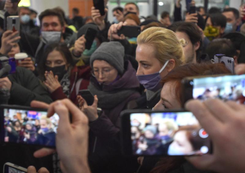 'Are you detaining me?' Kremlin critic Navalny flies home ...