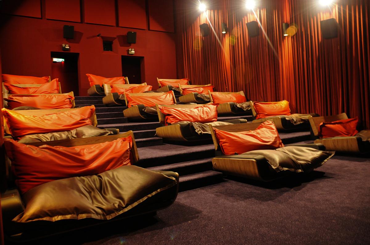 девушками шли кинотеатр с диванами в москве адреса фото оксана решает пойти