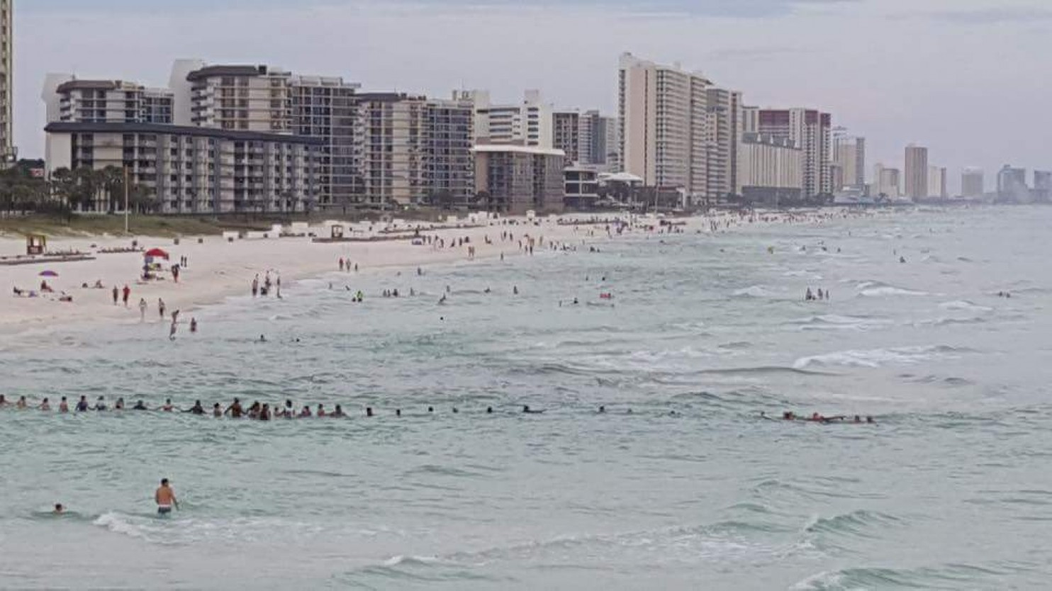Florida beachgoers form an 80-person human chain to save family