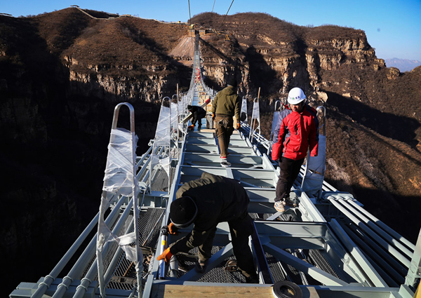 Vea el puente de cristal más largo del mundo inaugurado en China