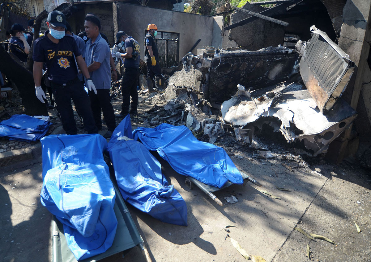 10 dead as Philippine plane crashes into house
