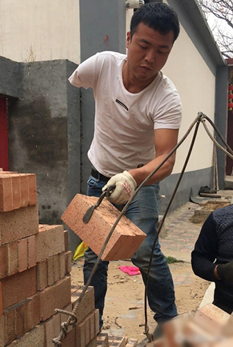 one armed construction worker in china becomes internet sensation