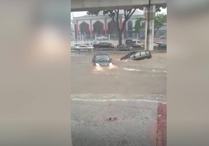 Flash floods sweep away cars in KL, Malaysia News - AsiaOne