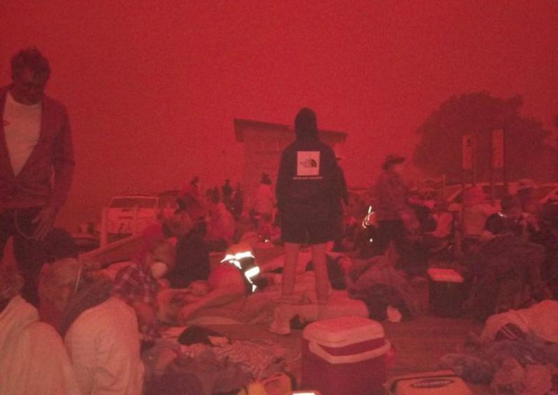Hasil gambar untuk Thousands trapped on Australia beach encircled by fire