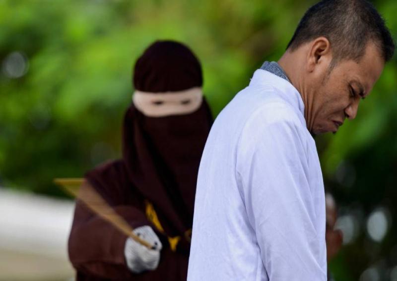 Fustigazione di una coppia non sposata ad Aceh: l'uomo era un Ulema