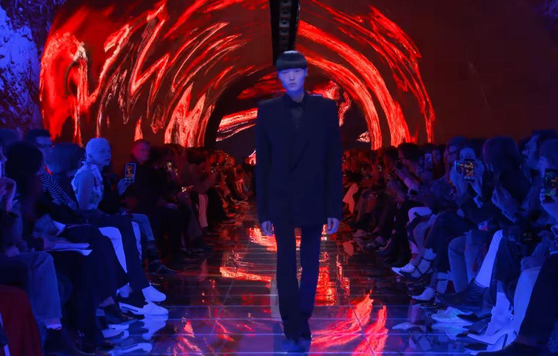 design de qualité d6fec 4280e Balenciaga's Paris show emerges from tunnel of trauma ...