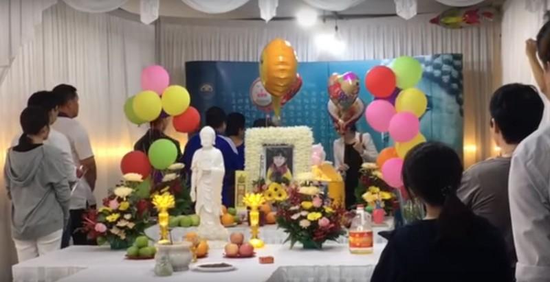 Suasana pemakaman Eleanor