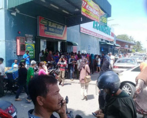 Shoppers rush to Pontian supermarket after fake news of another visit by Johor Crown Prince
