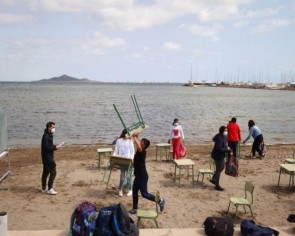 Children swap classrooms for beach lessons in Spain
