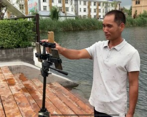 Fisherman in China hooks audience via livestreaming