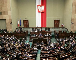 Poland passes controversial law on Constitutional Court
