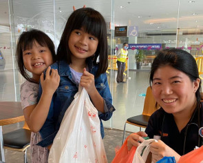 This made my day: 2 girls deliver comfort food to cheer hospital staff on