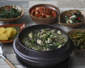 How to make Korean oyster, seaweed and rice soup, or gul guk bap