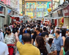 Crowded Chinatown sees little safe distancing and SafeEntry practice at the weekend