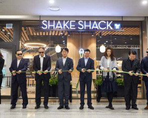 Shake Shack opens world's largest airport branch in Incheon