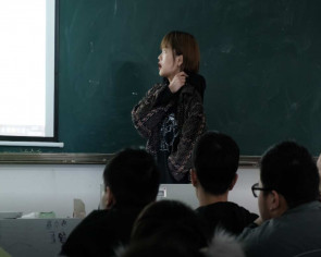 Chinese esports champ takes her talents to the classroom