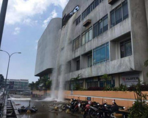 Malaysia shopping complex water tank bursts, four hurt