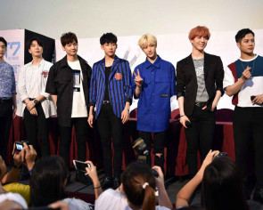 Fans wait 15 hours to see K-pop boy band Got7