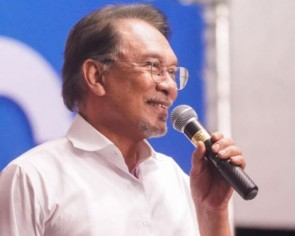 Malaysia's PKR says it will support only Anwar as its PM candidate, not Mahathir