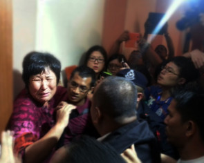 Missing MH370: Relatives stage dramatic protest before press briefing