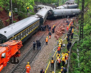 1 killed, 127 hurt after train derails in China