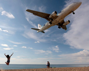 Phuket moves to ban famous aircraft photos from beach