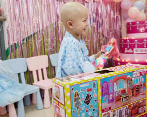 6-year-old girl battling cancer fulfills her Barbie dreams in Shanghai