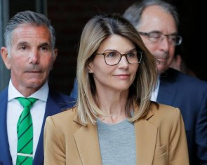 Actress Lori Loughlin, husband to plead guilty to US college admissions scam