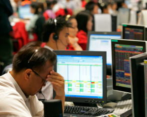 S'pore stocks dip despite oil kick