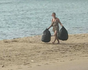 Foreign tourists earn praise for cleaning up Koh Pha Ngan beaches