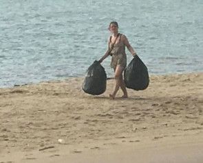 Foreign tourists tidy Koh Pha Ngan beaches in Thailand, earn praise