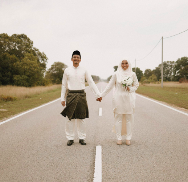 Couple holds impromptu roadside wedding photoshoot after car breaks down