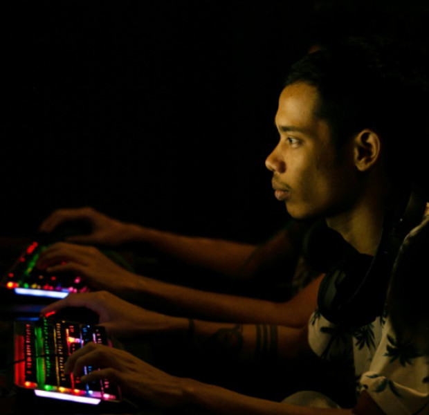 Armed with smartphones, Myanmar esports players battle power outages