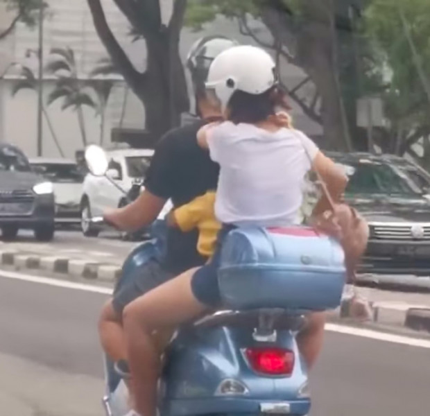Family of 3 spotted on Vespa sparks concern among Singapore netizens