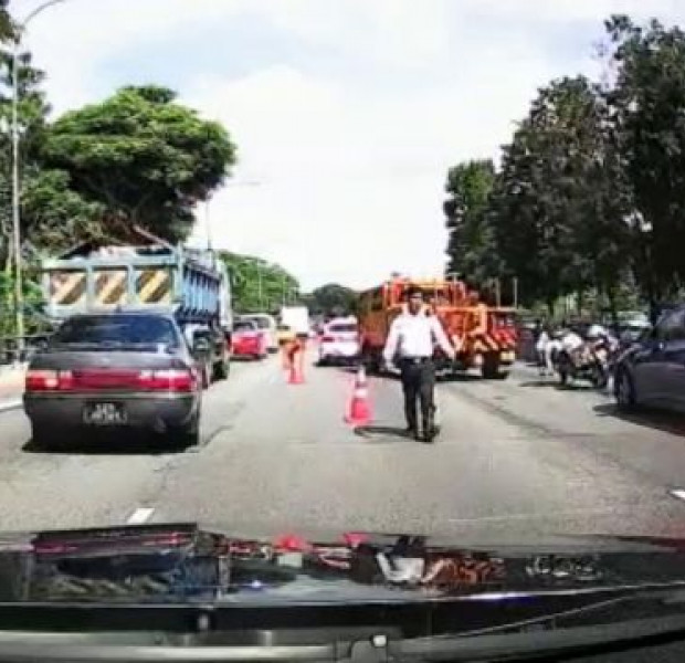 Motorcyclist dies after accident with 2 cars and trailer on SLE