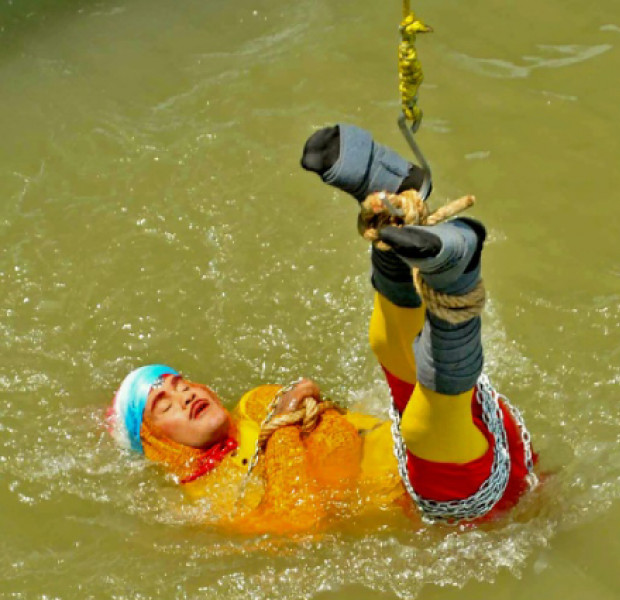 Indian Houdini drowns after 'magic' act goes wrong