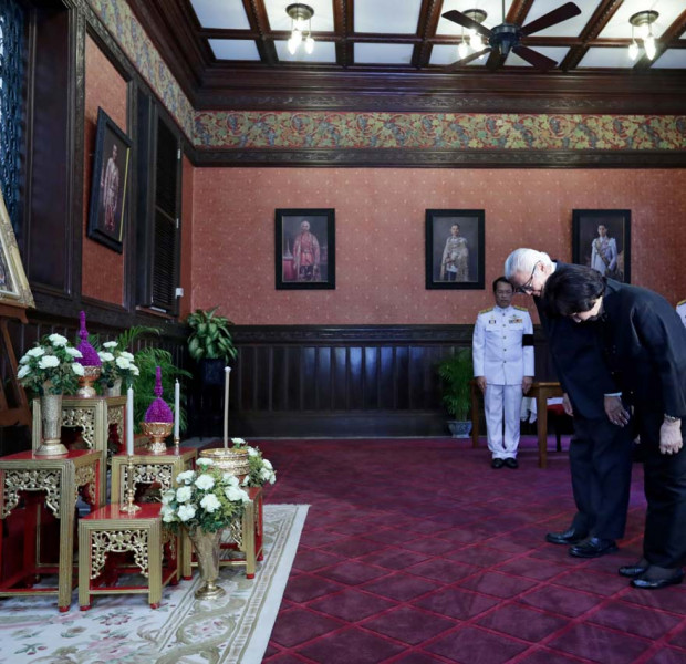 President Tony Tan pays respects to late Thai King
