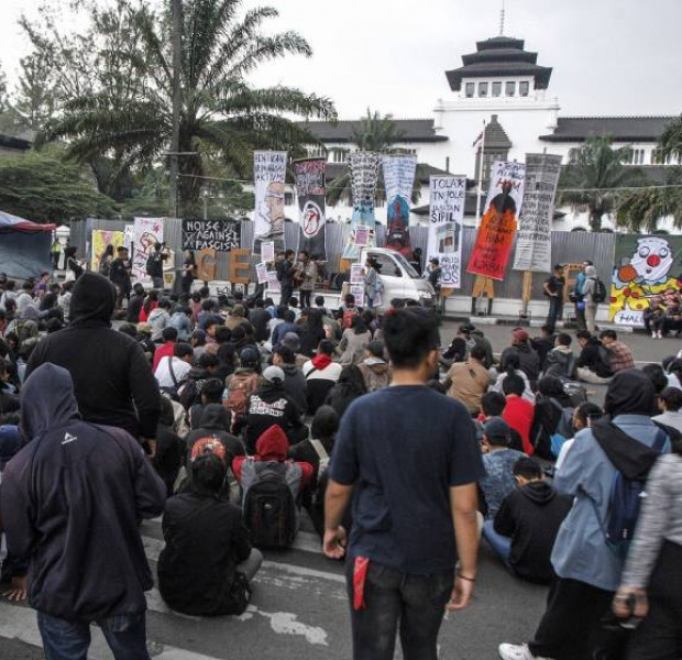 'We will keep fighting': Three days ahead of Jokowi's second term, protesters still rallying