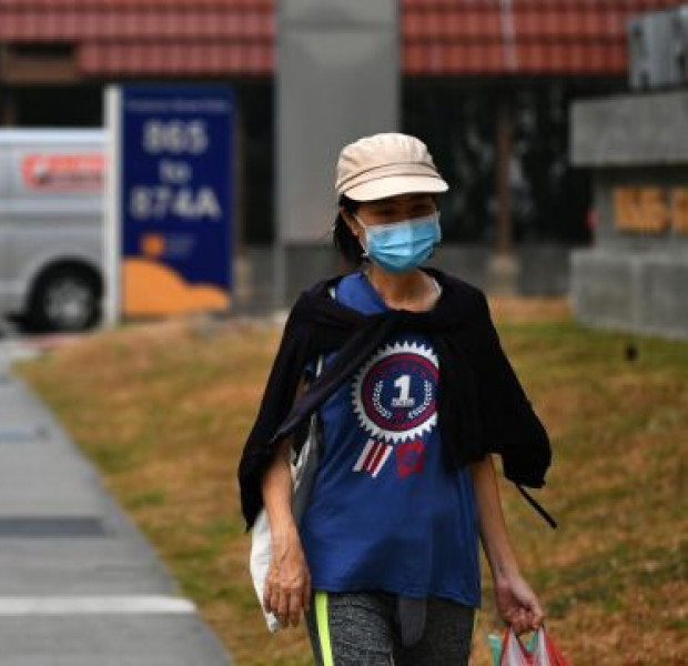 Can surgical masks be worn on both sides, and which side guards against the haze?