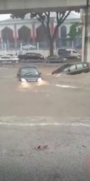 Flash floods sweep away cars in KL