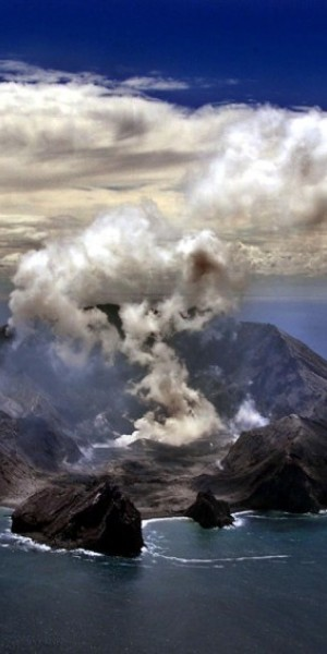 Tourists injured, missing in eruption of New Zealand's White Island volcano