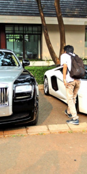 Jakarta family living in narrow alley recorded as owners of several luxury cars