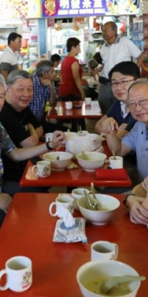 Tan Cheng Bock has breakfast with Lee Hsien Yang at West Coast hawker centre