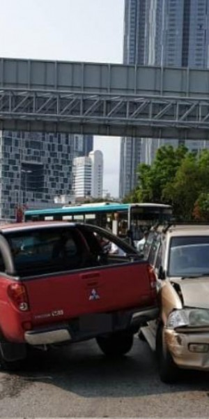 2 Singaporean boys injured after pickup truck hits 4 cars near Johor checkpoint