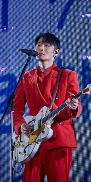 Li Ronghao laments he's old, but his concert fans tell a different story