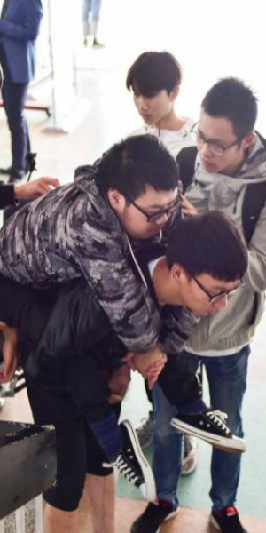 Hunan students carrying disabled classmate warm hearts