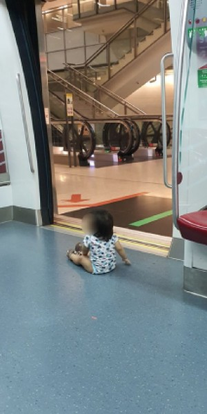 Father lets baby sit on floor near MRT doors, allegedly tells concerned netizen it's not his problem