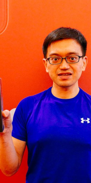 Singtel's first iPhone 11 customer simply watched a Man U match after arriving at MBS at 2am